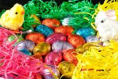 Ovos e gramas de Easter com os brinquedos do pintainho e do coelho imagens de stock