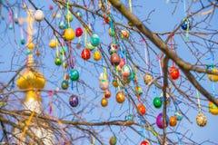 Ovos e igreja da árvore da Páscoa no fundo fotos de stock royalty free
