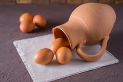 Ovos e jarro da galinha Imagem de Stock Royalty Free