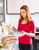 Ovos e leite batendo da mulher na bacia Fotografia de Stock Royalty Free