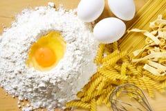 Ovos e massa da farinha fotografia de stock