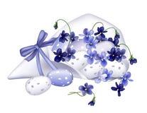 Ovos e violetas do pisco de peito vermelho Imagens de Stock