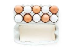 Ovos em um cartão, trajeto de grampeamento Imagens de Stock