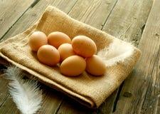 Ovos em um despedida colocado em de madeira velho Fotos de Stock Royalty Free