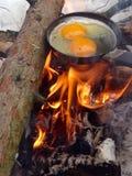 Ovos em um fogo Fotos de Stock