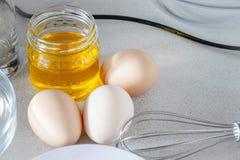 Ovos em um fundo branco imagem de stock royalty free