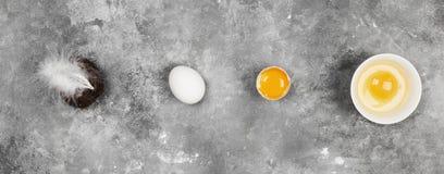 ovos em um fundo cinzento Vista superior Fundo do alimento fotos de stock royalty free