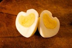 Ovos em um heart-shaped imagens de stock
