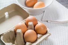 Ovos em um pacote da caixa Imagens de Stock Royalty Free
