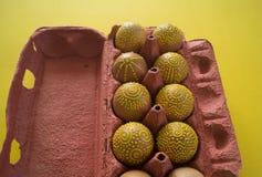 Ovos em um pacote em um fundo amarelo, isolado Imagem de Stock Royalty Free