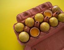 Ovos em um pacote em um fundo amarelo, isolado Fotografia de Stock