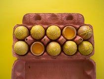 Ovos em um pacote em um fundo amarelo, isolado Imagens de Stock