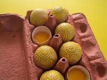 Ovos em um pacote em um fundo amarelo, isolado Imagens de Stock Royalty Free