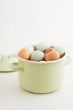 Ovos em um potenciômetro imagem de stock royalty free