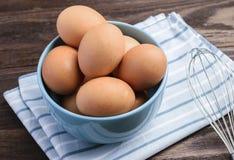 Ovos em uma bacia Imagens de Stock Royalty Free