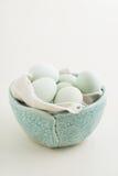 Ovos em uma bacia imagens de stock