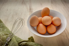 Ovos em uma bacia com batedor de ovos Foto de Stock Royalty Free