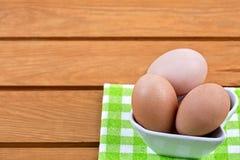 Ovos em uma bacia da porcelana foto de stock