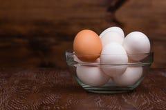Ovos em uma bacia de vidro Fotografia de Stock Royalty Free