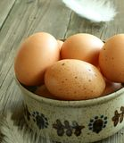 Ovos em uma bacia em de madeira velho Fotografia de Stock Royalty Free