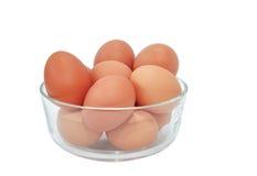 Ovos em uma bacia no branco Foto de Stock Royalty Free
