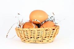 Ovos em uma cesta Fotografia de Stock