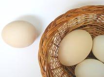 Ovos em uma cesta Foto de Stock
