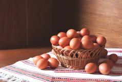 Ovos em uma cesta Fotos de Stock