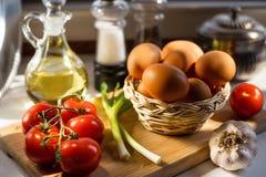 Ovos em uma cesta com vegetais Fotografia de Stock