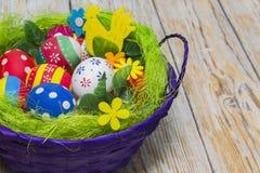 Ovos em uma cesta para a Páscoa Imagens de Stock