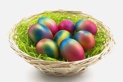 Ovos em uma cesta pequena Foto de Stock Royalty Free