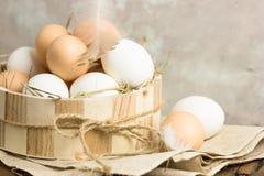 Ovos em uma cesta Vista superior dos ovos na bacia Ovos de Brown na bacia de madeira Ovo da galinha Cesta dos ovos de galinha Foto de Stock Royalty Free