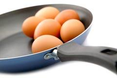 Ovos em uma frigideira em um branco Imagem de Stock