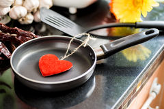 Ovos em uma frigideira para o amor Foto de Stock Royalty Free