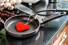 Ovos em uma frigideira para o amor Imagem de Stock