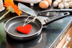 Ovos em uma frigideira para o amor Fotos de Stock Royalty Free