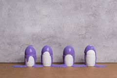Ovos em uns copos cobertos com a pintura roxa Imagens de Stock Royalty Free