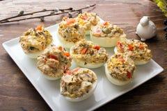 Ovos enchidos com pimentas, cogumelos e ervas fotografia de stock