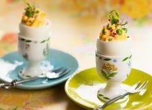 Ovos enchidos em uns copos de ovo Fotografia de Stock