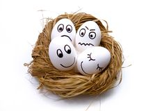 Ovos engraçados de Easter no ninho fotografia de stock