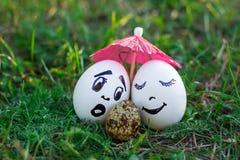 Ovos engraçados que imitam a mãe e o pai brancos com b versicolored Fotografia de Stock