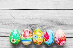 Ovos feitos a mão da Páscoa na tabela de madeira Imagens de Stock Royalty Free