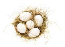 Ovos, feno em uma cesta da fibra Foto de Stock Royalty Free
