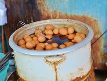 Ovos fervidos no chá nas ruas Foto de Stock