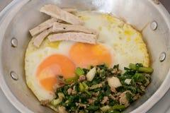 Ovos filtrados deliciosos tailandeses na bandeja de alumínio pequena Fotos de Stock Royalty Free