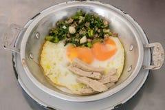 Ovos filtrados deliciosos tailandeses na bandeja de alumínio pequena Imagem de Stock