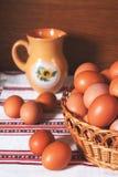 Ovos frescos bonitos na cesta Foto de Stock Royalty Free