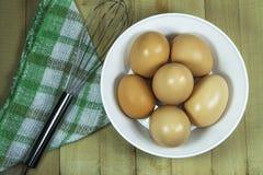 Ovos frescos em uma bacia em um fundo de madeira Fotos de Stock Royalty Free