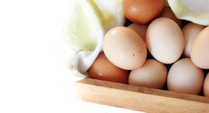 Ovos frescos na caixa de madeira isolada Fotos de Stock Royalty Free