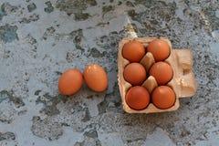 Ovos frescos na caixa marrom de papel em um fundo rústico Fotografia de Stock Royalty Free